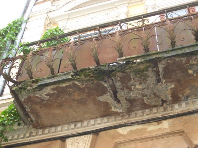 У Івано-Франківську реставрують балкони та карнизи