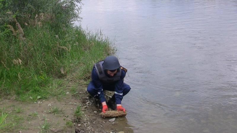 В Івано-Франківській області, на березі ставка, натрапили на небезпечну знахідку