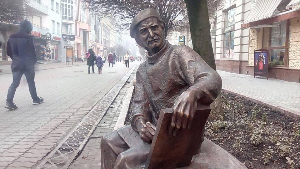 Вид реклами по-івано-франківськи: вуличний художник написав оголошення про те, що малює портрети… на пам'ятнику Опанасу Заливасі