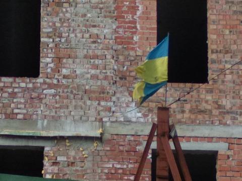 Зневага чи байдужість: в центрі Франківська майорить пошматований національний прапор (фото)