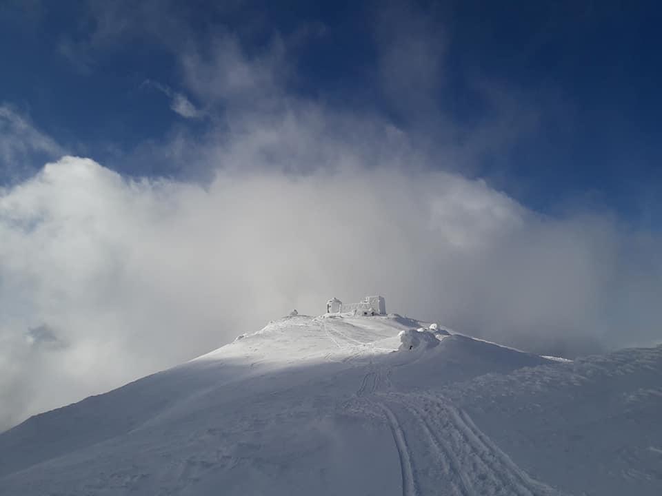 Зимова казка у Карпатах: як виглядає засніжена обсерваторія на горі Піп Іван (фото)