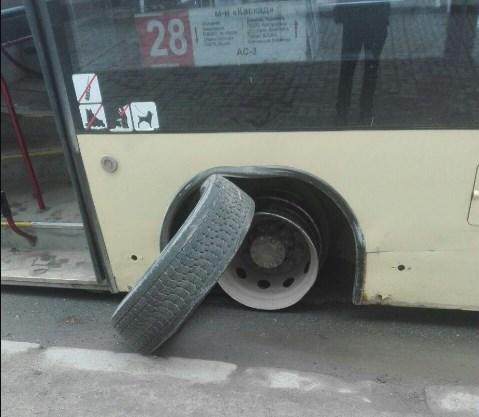 «30 км відремонтованих доріг». Сьогодні на одній з центральних вулиць міста, в автобуса відпало колесо (фото)