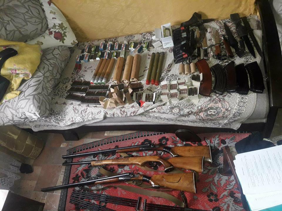У поліції розповіли подробиці вилучення у мешканця Надвірнянщини потужного арсеналу зброї та боєприпасів (фото)