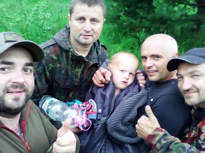 Любчик, атовці і Чорний ліс: як на Рожнятівщині 4-річного хлопчика вночі шукали 200 людей (фоторепортаж)