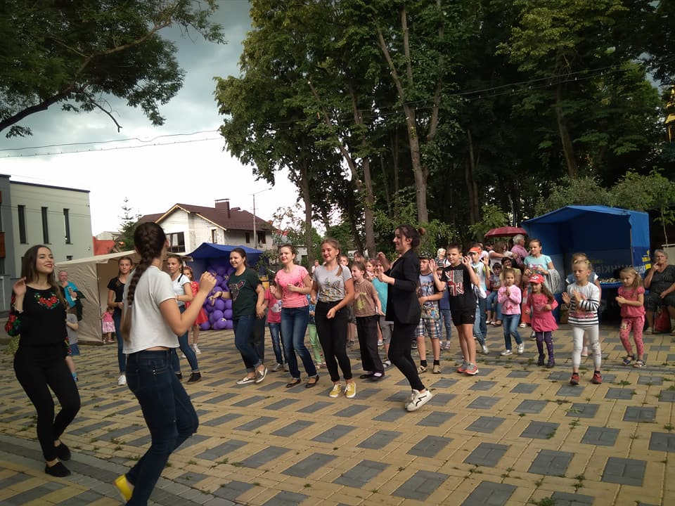 Івано-Франківськ: біля народного дому «Княгинин» відбулось родинне свято (фоторепортаж)
