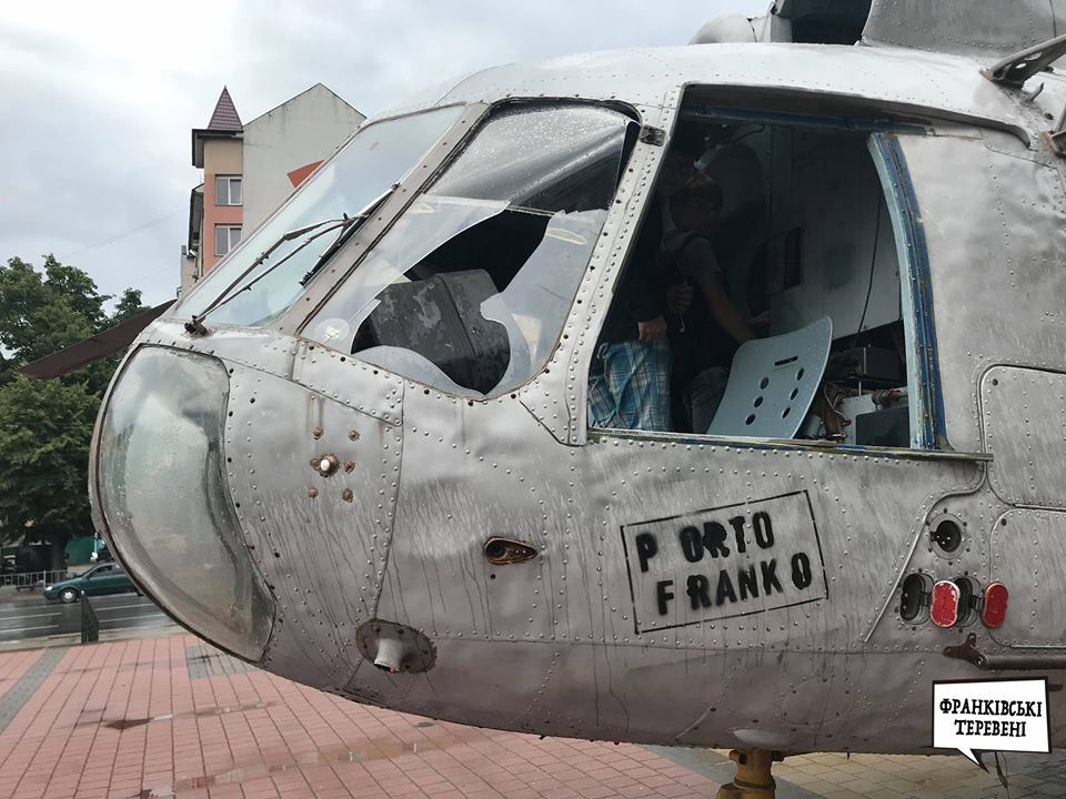 """У Франківську вандали нищать гвинтокрил, який залишився у центрі після фестивалю """"Porto Franko"""" (фоторепортаж)"""