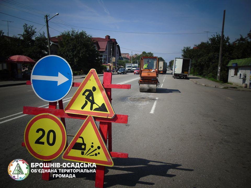 У Брошнів-Осадській ОТГ взялися за ремонт доріг (фоторепортаж)
