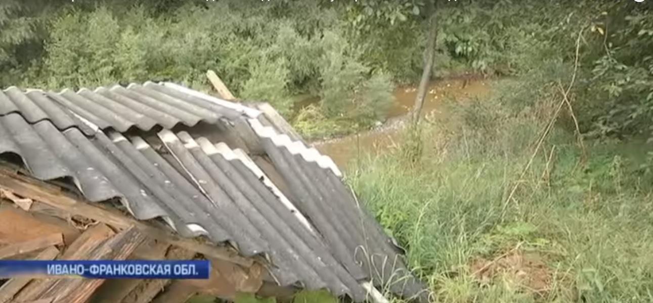 Жителі прикарпатського містечка живуть над проваллям, яке щораз ближче наближається до будинків (відеосюжет)