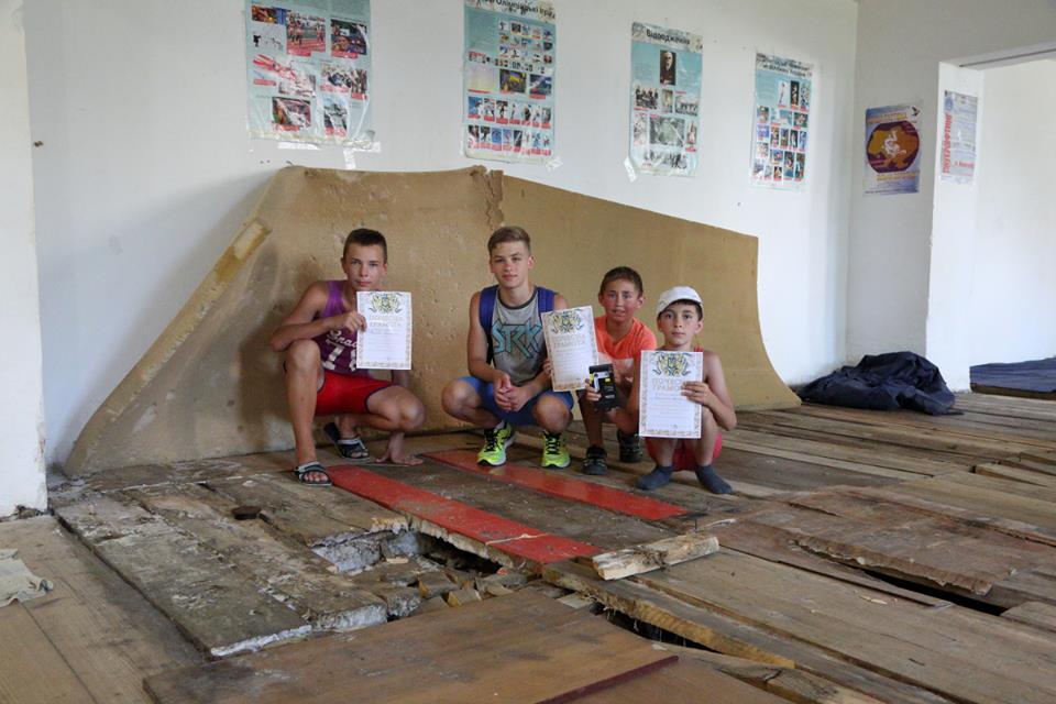Бруд, грибок, поламана підлога: косівчанин показав, в яких умовах тренуються майбутні чемпіони (фото)