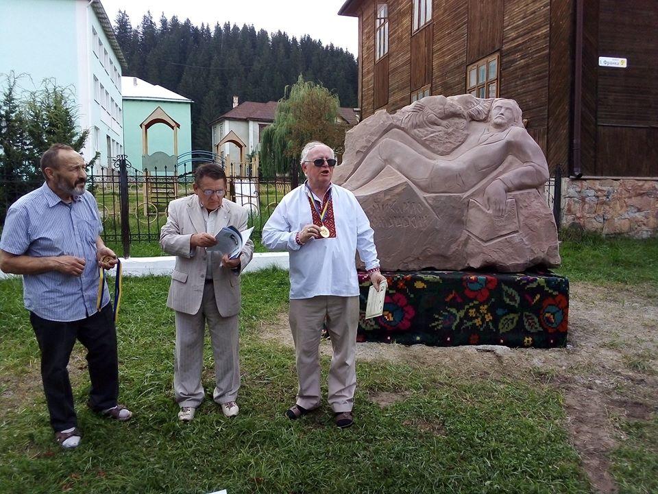Відомому письменнику Михайлу Ломацькому встановили пам'ятний знак у Верховині (фото+відео)