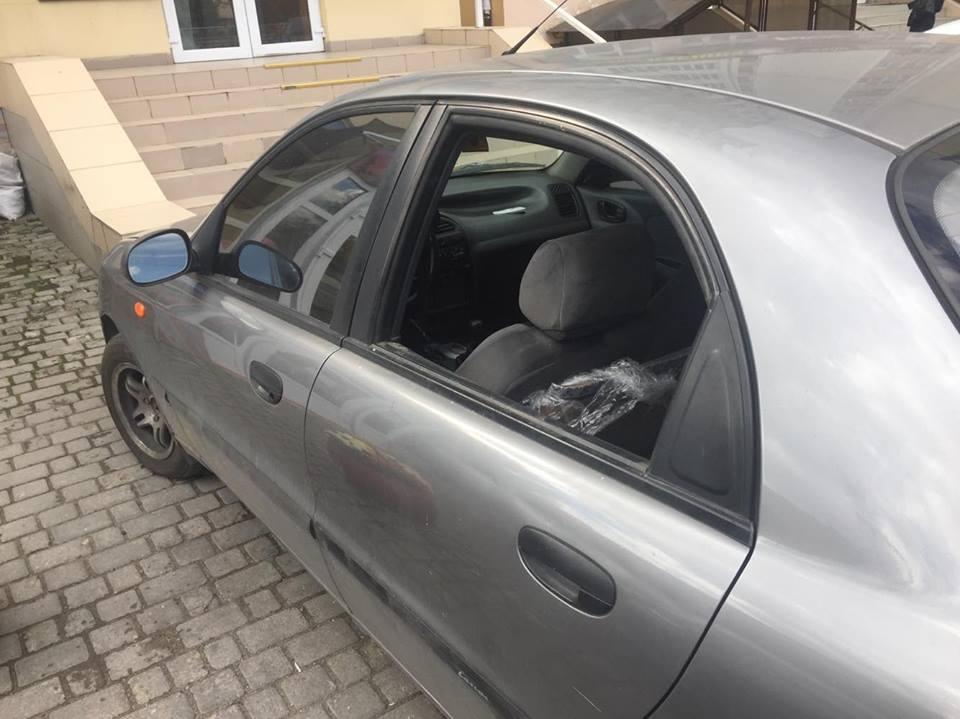 У Франківську обікрали автомобіль відомого активіста (фоторепортаж)