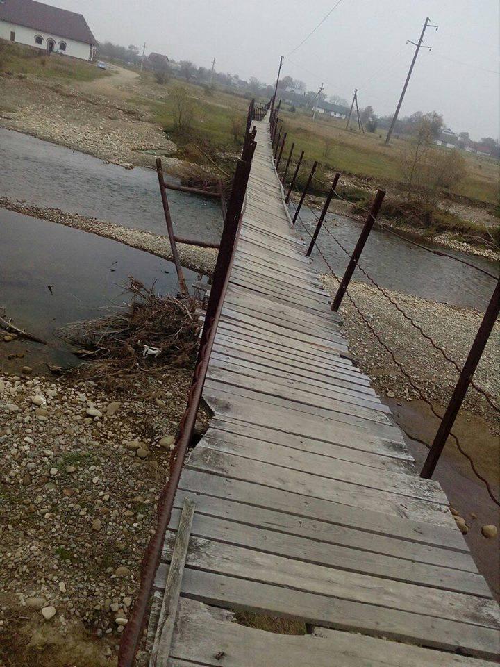 В Надвірнянському районі мешканці щодня ризикують життям, переходячи через аварійний підвісний міст (фоторепортаж)