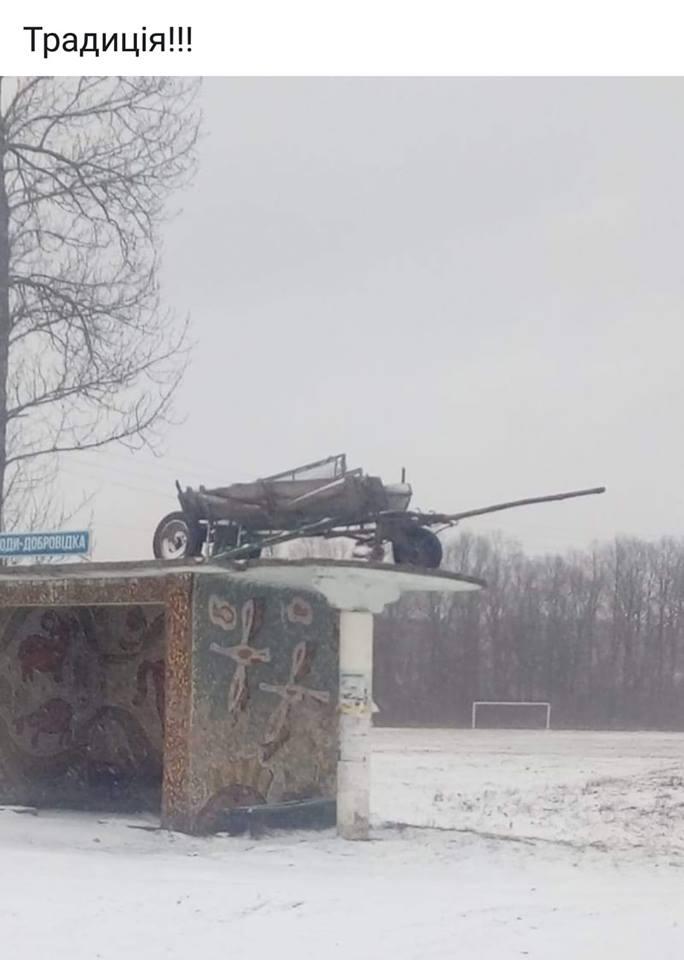 Збитки на свято Андрея в Коломийському районі підводу витягли на дах зупинки (фотофакт)
