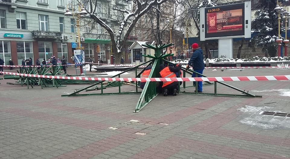 """Результат пошуку зображень за запитом """"У Франківську почали встановлювати новорічну ялинку"""""""
