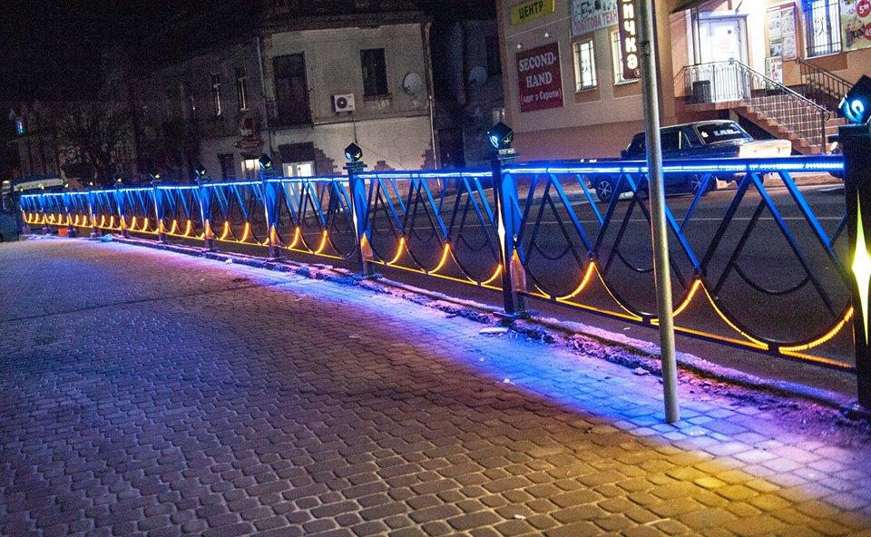 Краса вечірнього міста: як у Рогатині готуються до новорічно-різдвяних свят (фоторепортаж)