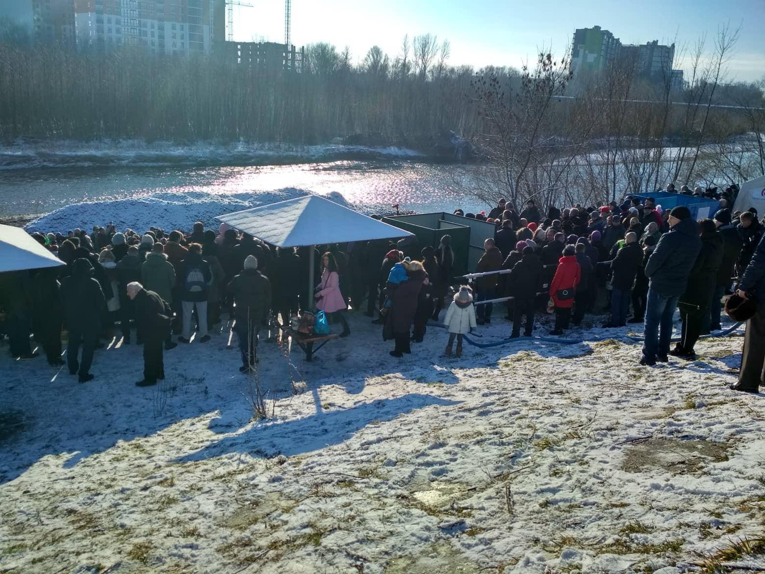Як в Івано-Франківську на Березі Бистриці воду освячували (фоторепортаж)