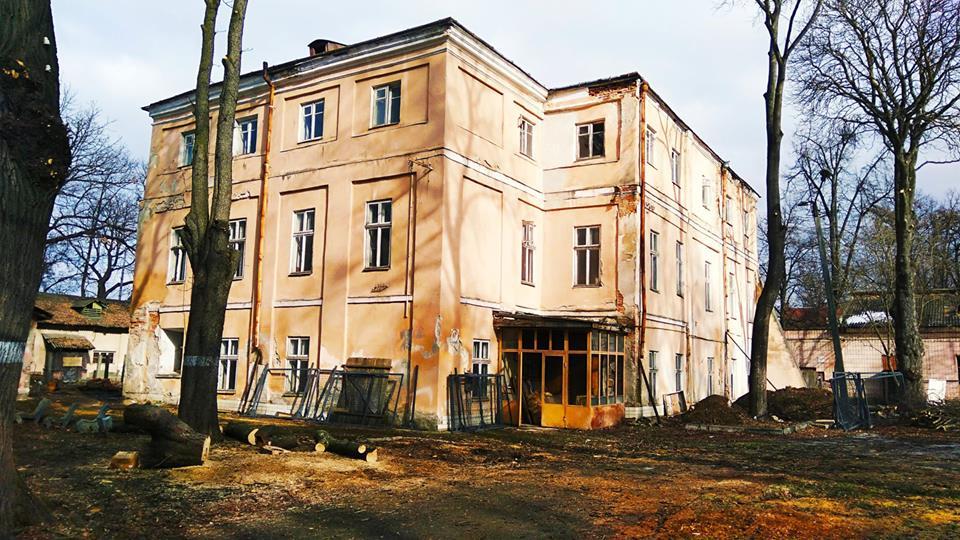 У Франківську фахівці взялися за порятунок одного із корпусів палацу Потоцьких (фоторепортаж)