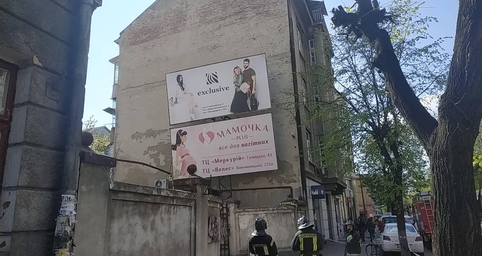 Смертельна небезпека над головою: у центрі Івано-Франківська на перехожих може впасти великий рекламний щит (фото+відео)