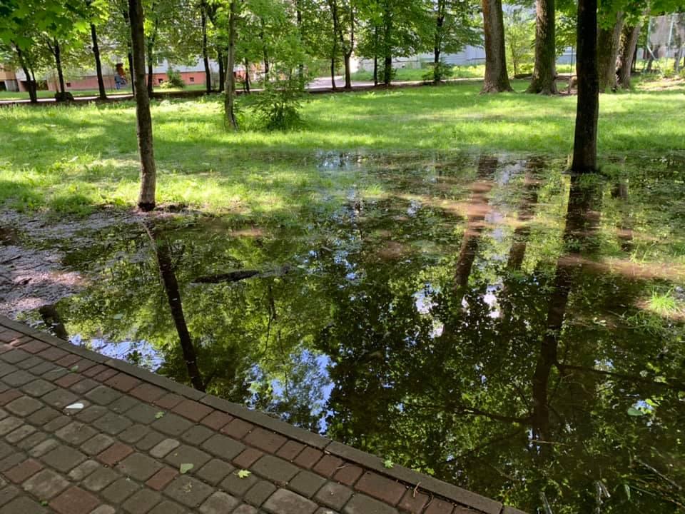 У Франківську облагороджують парк на вулиці Молодіжній (фоторепортаж)