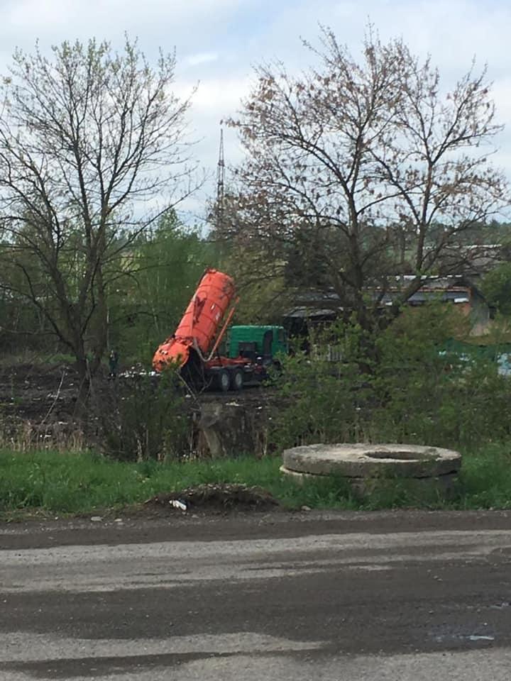 У Калуші на території комунального підприємства відбувається скидання стоків у ріку Млинівку (фото+відео)