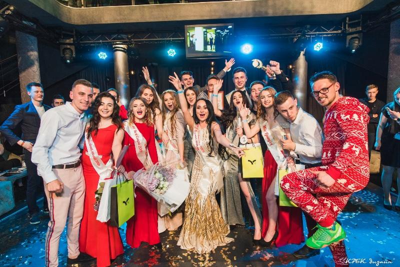 """Як красуні-студентки змагалися за звання """"Міс університету"""" короля Данила (фоторепортаж)"""