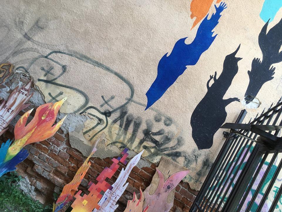 """У Івано-Франківську на вулиці Шевченка з'явився """"вогняний"""" мурал (відеосюжет)"""