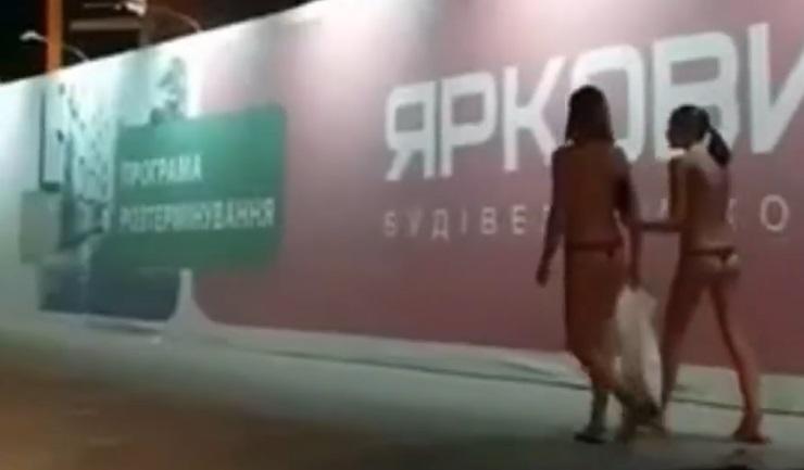 """""""Це не прихована реклама"""" - у """"Ярковиці"""" """"відхрестилися"""" від вірусного відео з оголеними дівчатами, які гуляють біля їхнього банера (відеофакт)"""