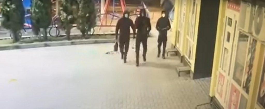 У мережі з'явилося відео зухвалого підпалу невідомими магазинів у Надвірній